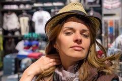 Fim bonito da menina acima do retrato A mulher na loja está tentando na roupa Ela em um bom humor Foto de Stock