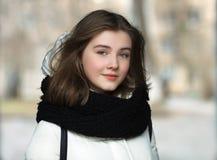 Fim bonito de sorriso da mulher dos jovens frios da estação acima do conceito do estilo de vida do retrato foto de stock royalty free