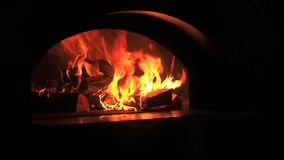 Fim bonito do fogo acima do movimento lento Videoclip de lenha ardente na chaminé Queimadura da lenha no burning de madeira video estoque