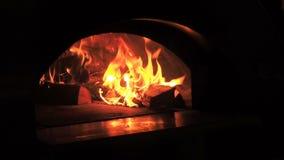 Fim bonito do fogo acima do movimento lento Videoclip de lenha ardente na chaminé Queimadura da lenha no burning de madeira filme