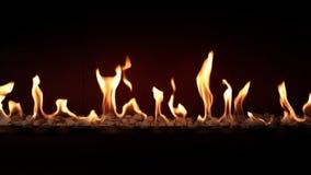 Fim bonito bonito satisfying da atmosfera acima no carvão vegetal que queima-se lento com a chama alaranjada do fogo na chaminé c vídeos de arquivo