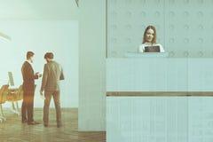 Fim branco da recepção do escritório da parede do teste padrão tonificado acima Fotos de Stock
