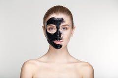 Fim branco do fundo da máscara do preto da saúde dos cuidados com a pele da mulher do retrato da beleza acima Foto de Stock