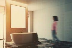Fim branco e concreto do canto do banheiro tonificado acima Imagens de Stock