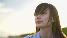 Fim caucasiano bonito da mulher acima da vista de sua cara sunlight vídeos de arquivo
