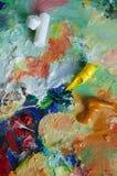 Paleta com cursos da pintura Fotos de Stock Royalty Free