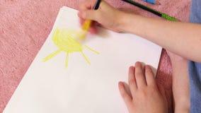 Fim colorindo do sol da menina acima vídeos de arquivo
