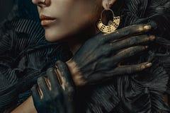 Fim conceptual acima do retrato da mulher bonita do olhar da forma dar foto de stock