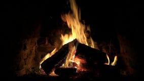 Fim confortável bonito calmo satisfying fascinante acima do tiro do laço da chama de madeira do fogo que queima-se lentamente na  filme