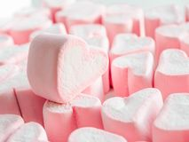 Fim cor-de-rosa do marshmallow acima do fundo, muitos marshmallows close up dos corações, doces sob a forma dos corações do marsh fotos de stock