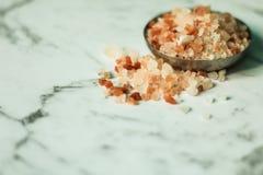 Fim cor-de-rosa de sal acima foto de stock