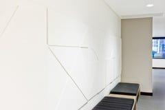 Fim criativo do projeto da arte da parede acima sobre os bancos Imagem de Stock