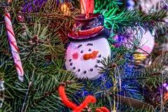 Fim da árvore de Natal acima com ornamento do boneco de neve Imagem de Stock