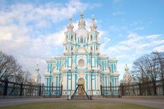 Fim da catedral de Smolny acima na tarde nebulosa de maio St Petersburg, Rússia imagem de stock