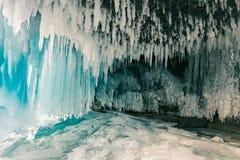 Fim da caverna de gelo acima sobre a estação Siberian do inverno de Biakal imagem de stock