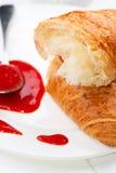 Fim da colher do doce de morango do croissant acima Foto de Stock Royalty Free