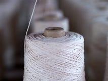 Fim da colher da indústria das linhas de matéria têxtil acima fotografia de stock