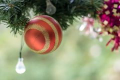 Fim da esfera do Natal acima com espaço borrado da cópia Imagem de Stock