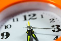 Fim da face do relógio acima do tiro macro, foco no segundo indicador imagem de stock