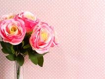 Fim da flor artificial de Rosa acima no às bolinhas cor-de-rosa com fundo da cópia do espaço Foto de Stock Royalty Free
