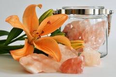 Fim da flor do lírio acima com rocha de cristal Foto de Stock Royalty Free