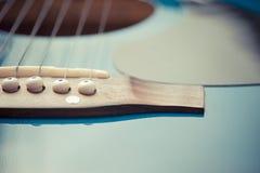 Fim da guitarra acústica acima imagens de stock