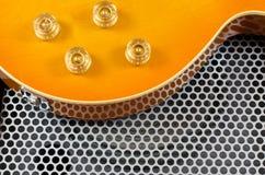 Fim da guitarra elétrica acima na superfície de metal Imagens de Stock