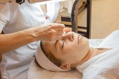 Fim da injeção de Plasmolifting acima O cosmetologist do doutor injeta à pele facial do paciente da moça Cosmetologia moderna fotos de stock