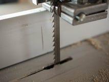 Fim da lâmina da serra de fita acima do tiro, da poeira da madeira e das microplaquetas fotos de stock