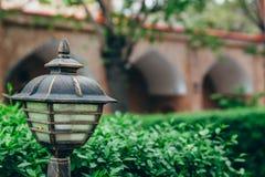 Fim da lâmpada de rua acima em um fundo das plantas foto de stock royalty free