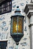Fim da lâmpada de rua do nuveau da arte acima em Alesund, Noruega imagem de stock