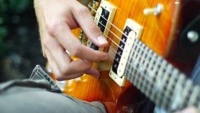 Fim da mão da colheita da guitarra acima video estoque