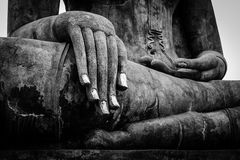 Fim da mão da estátua da Buda acima do detalhe Fotografia de Stock