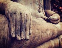 Fim da mão da estátua de Buddha acima do detalhe Imagens de Stock