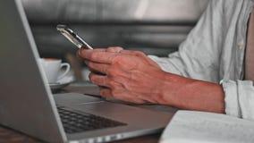 Fim da mão do ` s do homem acima do tipo no teclado do desktop no espaço de trabalho O homem de negócios novo está trabalhando co video estoque