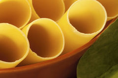 Fim da massa do cannelloni acima, fundo foto de stock