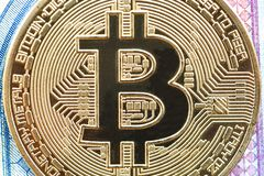 Fim da moeda de ouro de Bitcoin Cryptocurrency acima microcircuito imagem de stock royalty free