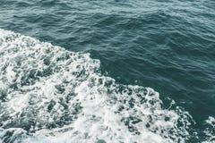 Fim da onda do mar acima, opinião de baixo ângulo Fotos de Stock Royalty Free