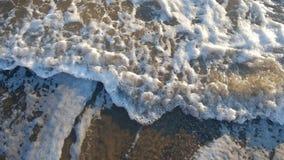 Fim da onda do mar acima, vista superior, vídeo de movimento lento do sunrsie vídeos de arquivo