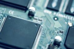 Fim da placa de circuito eletrônico acima Fundo alta tecnologia moderno foto de stock royalty free