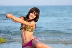 Fim da tarde da mulher na praia com biquini fotos de stock