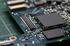 Fim da tecnologia do fundo da eletrônica acima da placa de circuito verde do jogo fotos de stock