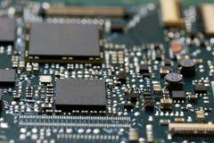 Fim da tecnologia do fundo da eletrônica acima da placa de circuito verde do jogo imagens de stock royalty free
