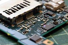 Fim da tecnologia do fundo da eletrônica acima da placa de circuito verde do jogo fotografia de stock royalty free