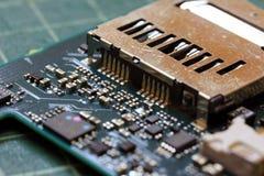 Fim da tecnologia do fundo da eletrônica acima da placa de circuito verde do jogo fotos de stock royalty free
