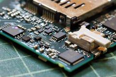 Fim da tecnologia do fundo da eletrônica acima da placa de circuito verde do jogo imagem de stock