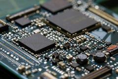 Fim da tecnologia do fundo da eletrônica acima da placa de circuito verde do jogo foto de stock