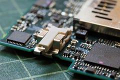 Fim da tecnologia do fundo da eletrônica acima da placa de circuito verde do jogo imagens de stock