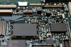 Fim da tecnologia do fundo da eletrônica acima da placa de circuito verde do jogo imagem de stock royalty free