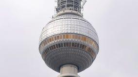 Fim da torre de comunicações de Berlim, Alemanha - de Fensehturm acima de Alexanderplatz foto de stock